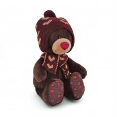 Медвежонок Choco сидячий в вязанной шапке