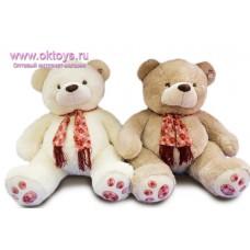 Медведь в шарфе с рисунком и бахромой