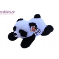 Панда в шарфе лежит на животе