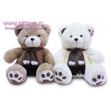 Медведь в коричневом шарфе в горошек