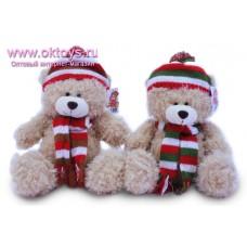 Медведь в полосатом шарфе и шапке с помпоном